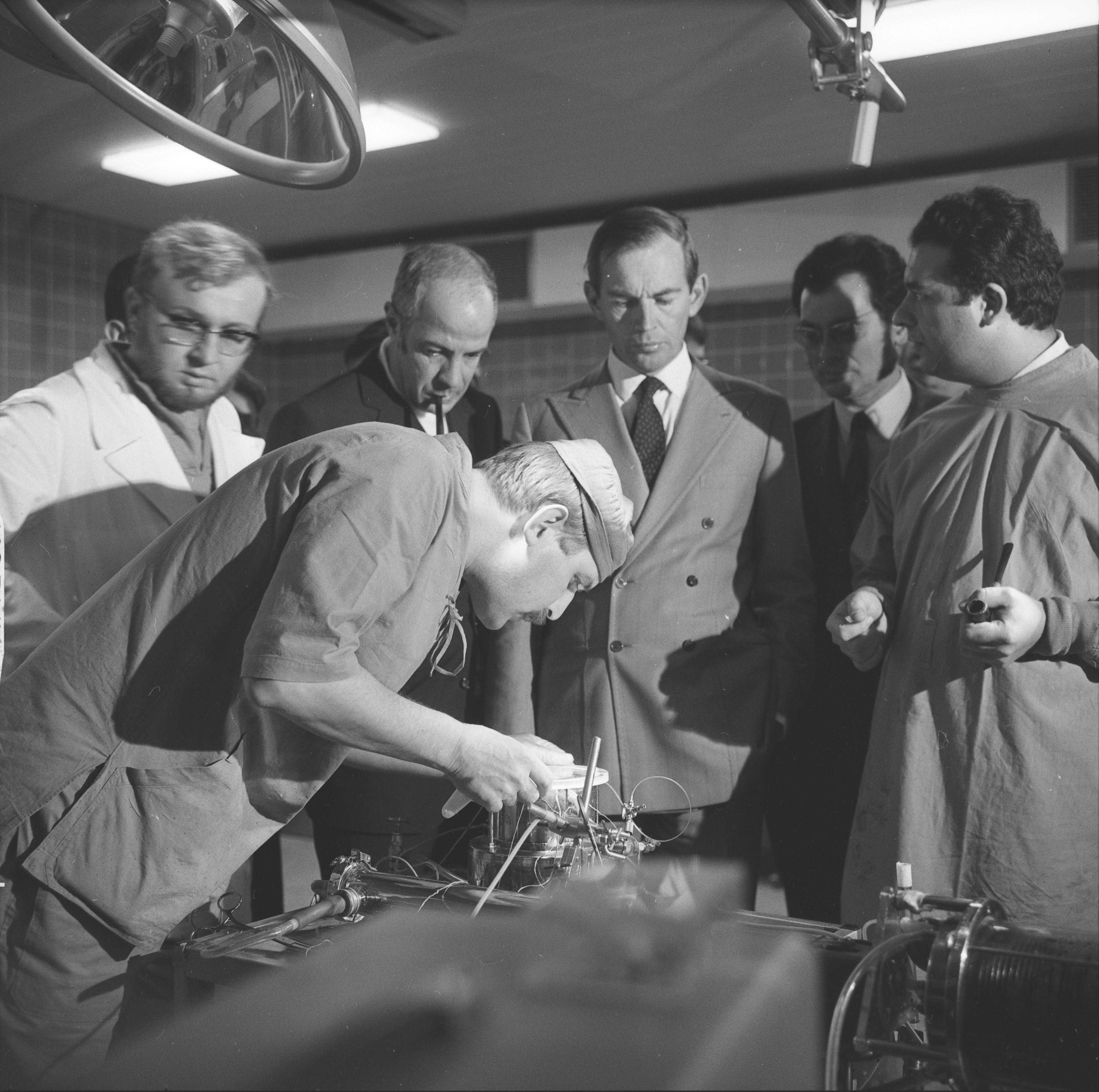 А вот первая пересадка человеческого сердца произошла в 1967г. Кристианом Барнардом. Сердце 25летнего парня погибшего в автокатастрофе было пересажено 57летнему пациенту, но он прожил 18 дней и умер от пневмонии.