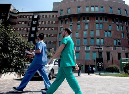 Каждый доктор оформляет страховку, и в случае ошибочного назначения или же при летальном исходе в результате врачебной ошибки, страховая компания выплачивает компенсацию пострадавшей стороне