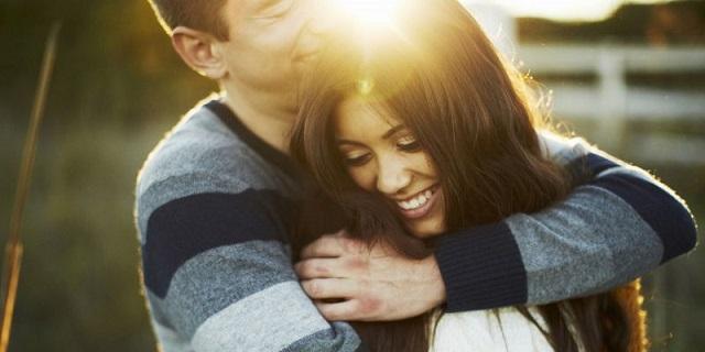 парень обнимает девушку, международный день объятий, медпросвита