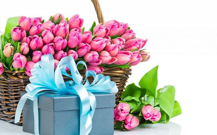 8 марта тюльпаны и коробка с подарком, МедПросвита