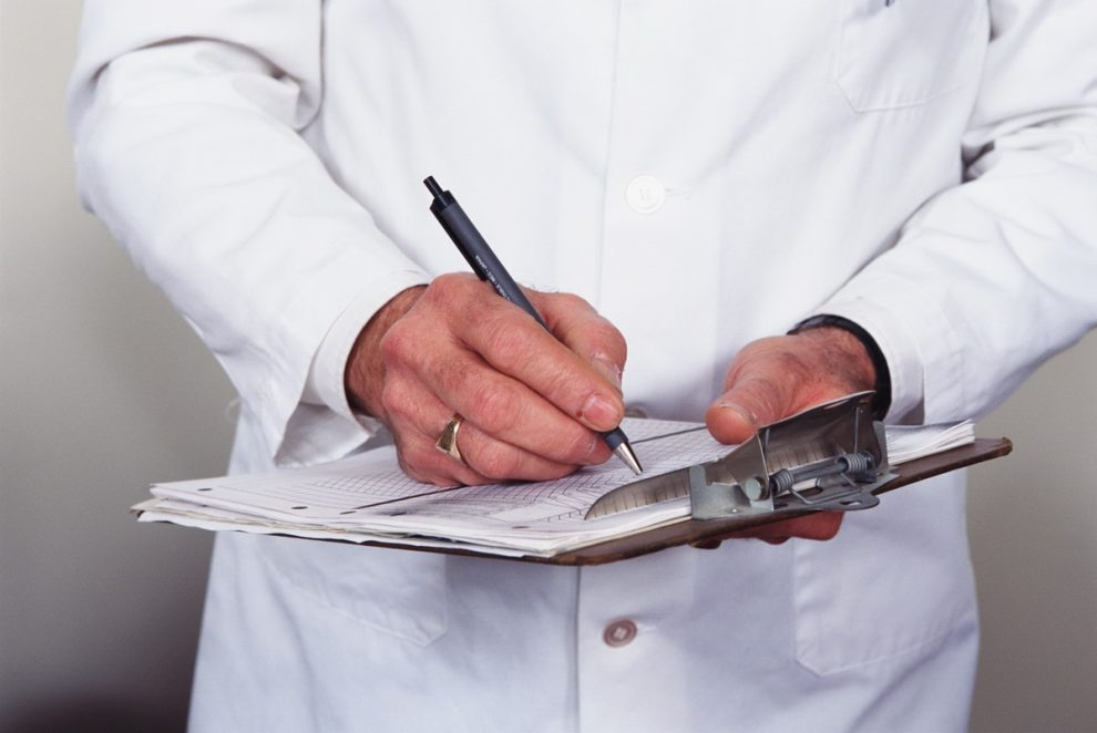 врач_записывает_на_бланке_ручкой_медпросвіта