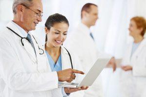 лікарі проводять анамнез на ноутбуці_медпросвіта