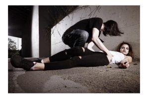 парень спасает девушку от передозировки наркотиками_медпросвита