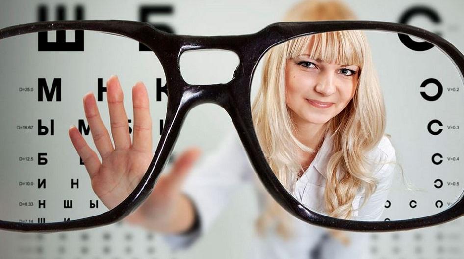 международный день офтальмолога, девушка на фоне очков_медпросвита