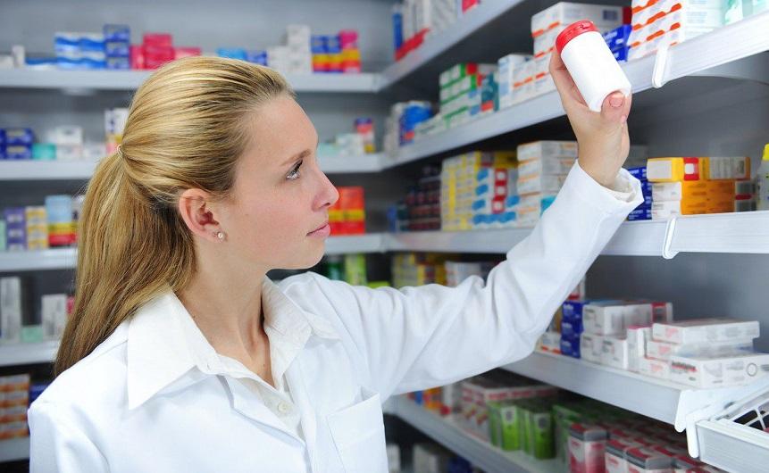 фармацевт берет лекарство, определение качества препаратов, медпросвита