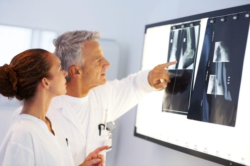 Врачи изучают рентгеновские снимки, медпросвита