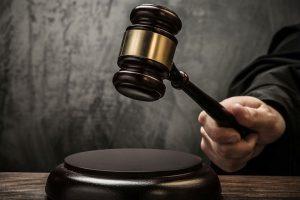судья выносит приговор и бьет молотком по столу_медпросвита