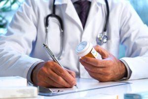 Лікар виписує ліки ручкою_Медпросвіта