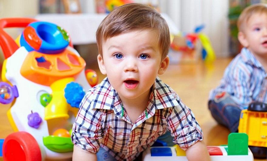 дети играются игрушками_медпросвита