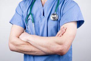 врач скрестил руки на груди_медпросвита