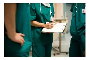 врачи держат карту пациента с историей болезни_медпросвита