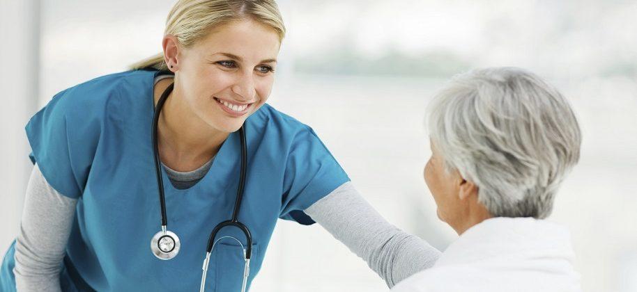 молодой доктор разговаривает с пациентом