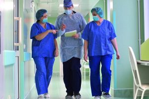 врачи идут по коридору_медпросвита
